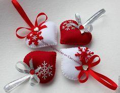 Купить или заказать Елочные игрушки ручной работы. Сердечки . в интернет-магазине на Ярмарке Мастеров. Елочные игрушки ручной работы. Выполнены из высококачественного фетра и наполнены гипоаллергенным наполнителем. Игрушки теплые,мягкие, очень приятные на ощупь. Игрушки ручной работы станут замечательным украшением Вашей новогодней елочки или подарком для Ваших родных, друзей или коллег. Стоимость указана за 1 шт. Возможно изготовление игрушек в другом цвете.