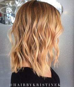 Medium Wavy Strawberry Blonde Hair Strawberry Blonde Bayalage, Strawberry Highlights, Medium Blonde Hair, Red Blonde Hair, Blonde Hair With Highlights, Balayage Hair Blonde, Medium Hair Cuts, Brown Hair, Ombre Hair