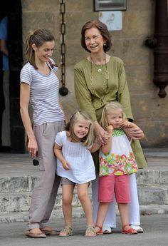 Queen Letizia of Spain Princess Leonor Photos: Spanish Royal Queen Sofia and Princess Letizia at Museo Gordiola Princess Of Spain, Prince And Princess, Princess Sofia, All The Princesses, Queen Sophia, Spanish Royalty, Spanish Royal Family, Royal Queen, Queen Letizia