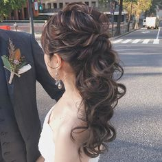竹本 実加 / MY DRESSER代表さんはInstagramを利用しています:「昨日の挙式より♡ 海外挙式のようなセンスが 沢山散りばめられたナチュラルウェディングに 合わせてアレンジしたゆるシニヨン。 . 挙式はロングベールでシンプルに、 披露宴ではボリュームたっぷりの アンティークカラーの生花を飾って 華やかにチェンジ。💐 .…」 Evening Hairstyles, Winter Hairstyles, Wedding Hairstyles, Bridesmade Hair, Bridal Hair Updo, Natural Beauty Tips, Hairdresser, Hair Inspiration, Beauty Hacks