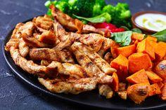 Omlós, fűszeres csirkecsíkok: a fokhagymás páctól lesz nagyon finom - Recept | Femina Chicken Wings, Poultry, Sausage, Healthy Living, Mint, Baking, Recipes, Food, Main Courses