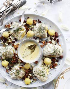 Forkæl dine gæster med en traditionel nytårsret, nemlig herlig torsk med sennepssauce og lækkert tilbehør.