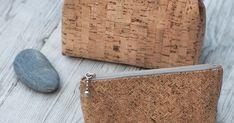 Korkkikangas on jämäkkä vaihtoehto pieniin laukkuihin.   Linjakas kukkarokehys viimeistelee pienen laukun tyylikkäästi.      Korkkikang... Tic Tac, Purses And Bags, Coin Purse, Wallet, Drip Tip, Totes, Manualidades, Coin Purses, Purses