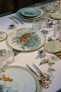 Carnet d'Equateur Tableware To discover the Carnets d'Equateur tableware is to return to the first morning on Earth and to call the name of each of the wild creatures depicted with fierce intensity by