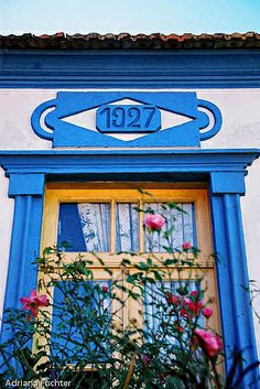 Esta janela tem muitas histórias para contar. É linda! Encontrada em Governador Celso Ramos, Santa Catarina, Brasil. Fotografia de Adriana Füchter. 2342 15