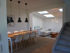 Location vacances maison Carantec: Le séjour et le salon au second plan. De beaux volumes et une ambiance cosy.