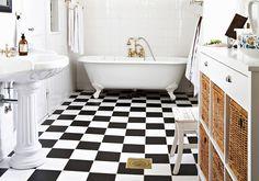 Kylpyhuoneen siisteyden ylläpito helpottaa varsinaisen siivouspäivän urakkaa. Lue näppärät vinkit seinien, lattian ja kalusteiden puhdistukseen.