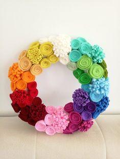 Felt Flower Wreaths, Felt Wreath, Wreath Crafts, Diy Wreath, Yarn Crafts, Felt Crafts, Diy Crafts, Felt Flower Pillow, Felt Roses