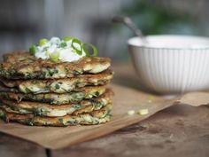 glutenfria zucchinibiffar A Food, Good Food, Happy Foods, Lchf, Salmon Burgers, Hummus, Paleo, Dinner, Eat