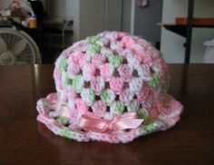 Another fast and very sweet little last minute gift idea - it wouldn't take 30 minutes and soooo cute! Free pattern at: Ravelry: Super Easy Baby Hat pattern by Amy Thornton Crochet Baby Blanket Beginner, Crochet Baby Hat Patterns, Crochet Cap, Crochet Baby Hats, Crochet Beanie, Crochet For Kids, Baby Knitting, Free Crochet, Crotchet