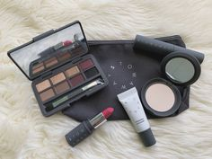Stowaway Cosmetics Review: Travel Makeup Made Easy - Travel Daze - Perfect makeup for travel! #travelbeauty #makeup #beautymakeup #travelmakeup Travel Beauty Routine, Beauty Routines, Makeup Routine, Makeup Kit, Smokey Eye Palette, Travel Size Makeup, Travel Hairstyles, Makeup Items, Perfect Makeup