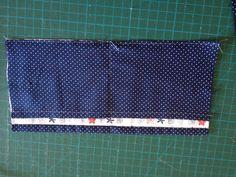 Marcar o meio da peça é passar uma costura reta, formando dois bolsos.