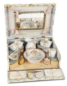 De Kleine Wereld Museum of Lier: 234 French Toilette Set in Original Presentation Box Antique Vanity, Vintage Vanity, Antique Toys, Vintage Antiques, French Antiques, Dresser Sets, Fru Fru, Vanity Set, Old Toys