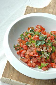 Deze tomatensalsa wordt in Mexico 'Pico de Gallo' genoemd en is echt op en top Mexicaans. Het is geen toeval dat het rood van de tomaten, het wit van de ui en het groen van de koriander de kleuren zijn van de Mexicaanse vlag! Deze salsa is echt zomers en is lekker bij alles wat … Asian Recipes, Mexican Food Recipes, Healthy Recipes, Ethnic Recipes, Easy Cooking, Cooking Recipes, Mumbai Street Food, Dairy Free Diet, Cooking Together