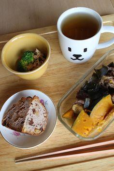 lunch on Wed. 25 Feb. 2015: leftover braised beef, pumpkin, Aburaagé & kelt, boiled broccoli with tuna, tea bread, toasted Bancha tea