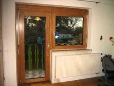 Fenster - eine alte Holzbalkontür und ein altes Holzfenster, werden durch eine neue Balkontür und ein neues Fenster aus Holz-Aluminium aus Erle ersetzt. Die Rahmen sind verbreitert, damitder Rollladen außenseitig nicht mehr zu sehen ist.