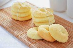 La ricetta dei biscotti alla panna è facile e molto buona. I biscotti alla panna hanno un gusto morbido e delicato e sono perfetti per l'inzuppo. I biscotti alla panna sono comunque squisiti sia per accompagnare il latte che per accompagnare il tè.