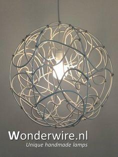 Deze handgemaakte en stoere hanglamp heb ik gemaakt met stevig elektriciteitsdraad en metalen ringen. De wire wit 50cm past in vrijwel iedere ruimte en wordt geleverd met een luxe witte plafond cup en is in hoogste verstelbaar middels een trekontlasting. De wire is ook in