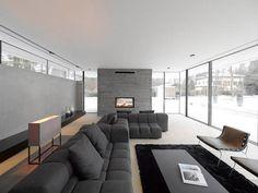 graues Sofaset-schwarzes Teppich-Kamin Wohnzimmer
