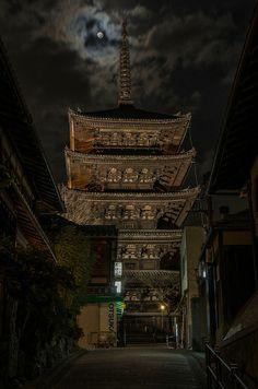 Yasaka-no-to with Moon, Kyoto / 月夜の八坂の塔(法観寺・京都) by Kaoru Honda, via Flickr