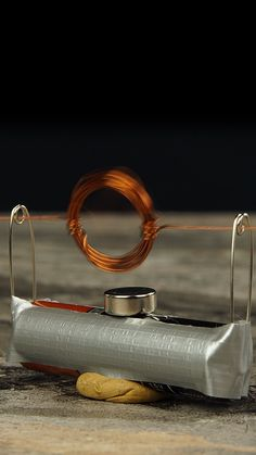 This device transforms an ordinary copper wire into an electric motor in minutes? School Science Experiments, Physical Science, Science For Kids, Science Activities, Science And Nature, Preschool Science, Summer Science, Easy Science, Elementary Science