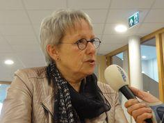 Delftse Wethouder Aletta Hekker voor de microfoon van Stadsradio Delft.