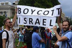 In der Nacht auf Montag hat das israelische Parlament ein Gesetz erlassen, das dem Innenministerium erlaubt, bekannten BDS-Aktivisten die Einreise in das Land zu verweigern. Das Gesetz gilt nicht für Israelis, die in BDS engagiert sind.   #Antisemitismus #Apartheid #BDS #Boycott #Boykott #Desinvestition #Divestment and Sanctions #Europa #Israel #Judäa und Samaria #Knesset #Likud #Politik #Sanktion #Sanktionen #Siedlungen #Südafrika #Westjordanland