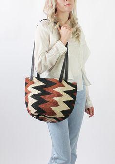 Vintage 70s Black and Brown Zig Zag Jute Shoulder Bag / VAUXSHOP.COM