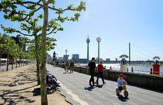 Rheinuferpromenade Düsseldorf. Sommer. Traumwetter.