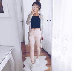 Una semplice maglia nera, con un jeans rosa chiaro ed un cardigan.