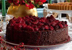 O bolo trufado de chocolate fica ainda melhor com a cobertura de frutas vermelhas!