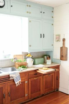 Our 20 Favorite Design Ideas to Steal from Vintage Kitchens - 20 Vintage Kitchen. - Our 20 Favorite Design Ideas to Steal from Vintage Kitchens – 20 Vintage Kitchen Design Ideas We& - Kitchen Inspiration Design, Kitchen Inspirations, Simple Kitchen Remodel, Home Decor Kitchen, Retro Kitchen, Vintage Kitchen, Kitchen Design, Kitchen Remodel Layout, Kitchen Cabinets Makeover