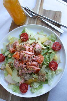 Heerlijke zomerse salade met o.a. warm gerookte zalm, mango, avocado en appel. Recept: www.vertruffelijk.nl
