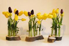 yau flori_lalele galbene intr-un suport YaU din lemn