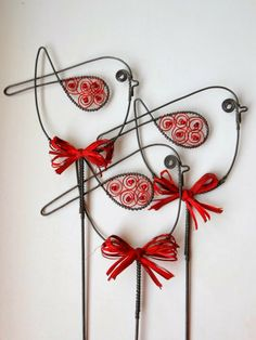 Amazing wire art ideas for your home interiors - Daily Guru Online Wire Hanger Crafts, Wire Crafts, Bead Crafts, Arts And Crafts, Wire Wrapping Tools, Crochet Metal, Art Fil, Wire Ornaments, Wire Tutorials