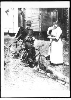 A Tirlemont [femme] donnant à boire à un cycliste belge [soldats sur leur bicyclette] : [photographie de presse] / [Agence Rol]
