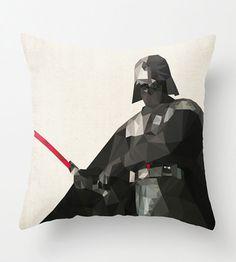 Star Wars pude – Darth Vader – Den perfekte gave til Fars Dag den 5. juni - Giv Far hans helt egen sofapude med motiv fra Star Wars i trendy polygon-grafik som også ser flot og moderne ud i stuen. Win-win til Mor og Far ;-)