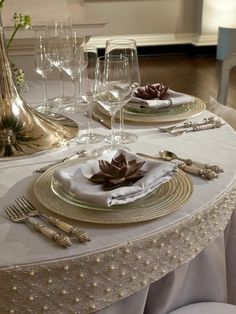 **Jaynes Cozy Corner** the table cloth is stunning Elegant Table Settings, Beautiful Table Settings, Setting Table, Deco Table Noel, Raindrops And Roses, Cozy Corner, Decoration Table, Dinner Table, Table Linens