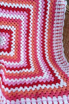 Studio 92 Designs: Granny Square Afghan (use translator).. lovely border on this one!