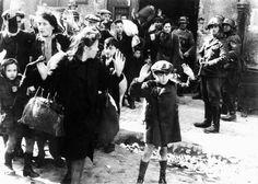 Varsovia. Tropas nazis desalojan a vecinos de un edificio del Gueto de Varsovia. Durante los tres años de su existencia, el Gueto de la capital de Polonia pasó de 400.000 a 50.000 habitantes como consecuencia de las deportaciones a campos de exterminio y las muertes por hambre y enfermedades.
