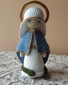 Passando mais uma vez para desejar uma linda e abençoada semana. ❤️❤️🙏🙏 ======================================= Minha representação de… Christmas Crochet Patterns, Crochet Toys Patterns, Christmas Knitting, Stuffed Toys Patterns, Crochet Dolls, Crochet Disney, Crochet Pants, Knit Crochet, Crochet Rabbit