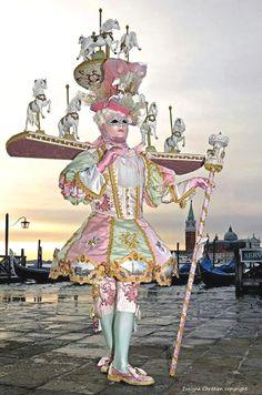 Carnaval in Venice. Venetian Costumes, Venice Carnival Costumes, Mardi Gras Carnival, Venetian Carnival Masks, Carnival Of Venice, Masquerade Costumes, Venetian Masquerade, Masquerade Ball, Halloween Costumes