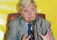 El presidente de la Confederación Brasileña de Fútbol (CBF), Ricardo Teixeira, renunció hoy a su cargo y a la jefatura del Comité Organizador Local (COL) del Mundial de 2014, anunció el vicepresidente del organismo, José María Marín. Ver más en: http://www.elpopular.com.ec/46498-teixeira-renuncia-a-presidencia-de-la-cbf-y-la-organizacion-del-mundial-2014.html?preview=true