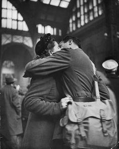 Photo by alfred eisenstaedt show couple sharing a last kiss before the soldier departed for war, at penn station in Vintage Romance, Vintage Love, Vintage Couples, Old Photos, Vintage Photos, Moving Photos, Famous Photos, Vintage Cards, Vivre A New York