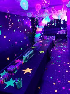 Neon Glow in the Dark Geburtstagsfeier Dekorationen . - Neon Glow in the Dark Geburtstagsfeier Dekorationen - Birthday Party For Teens, Birthday Party Decorations, Glow Party Decorations, Neon Party Themes, Dance Party Birthday, Dance Party Themes, Neon Birthday Cakes, Girls Sleepover Party, 18th Birthday Party Themes