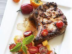 Kotelett vom Schwein mit Salsa aus Tomaten ist ein Rezept mit frischen Zutaten aus der Kategorie Salsa. Probieren Sie dieses und weitere Rezepte von EAT SMARTER!