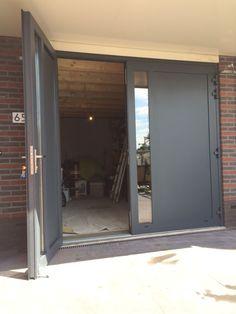 Openslaande deuren RAL 7016 in Amersfoort - Different Doors - Lilly is Love Door Gate Design, Main Door Design, Garage Office, Mews House, Double Doors, Style At Home, House Front, Garage Doors, New Homes