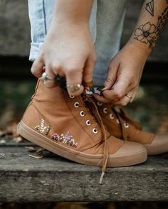 gorgeous embroidered converse / laid back casual outfit 2019 clothing clothing labels clothing patches clothing wholesale flower clothing fly shirts shirts for ladies shirts sunshine coast style clothing tee shirts clothing Sommer Garten Hochzeits Kleider Look Fashion, Diy Fashion, Niqab Fashion, Fashion Dresses, Fashion Design, Cute Shoes, Me Too Shoes, Casual Shoes, Casual Outfits