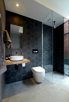 murs noirs dans la salle de bain noire, faience leroy merlin