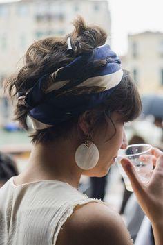 Aprenda a usar lenços na cabeça e drible os dias de sol com elegância e criatividade | Catraca Livre